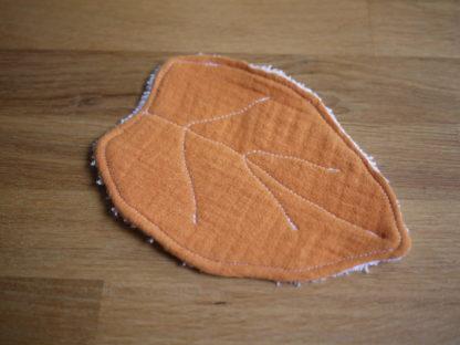 une jolie lingette zero déchet orange en forme de feuille