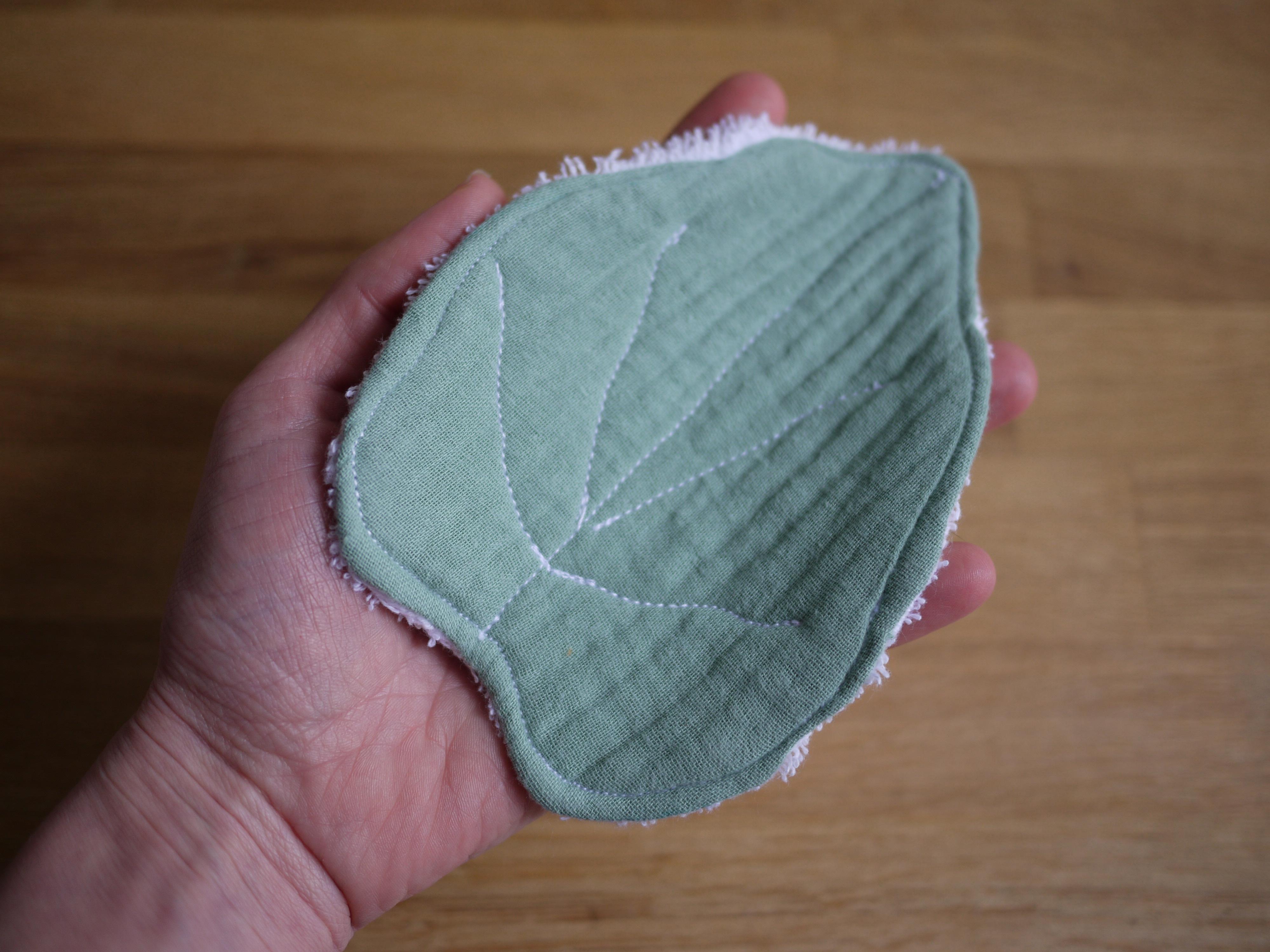 une grande lingette en forme de feuille verte