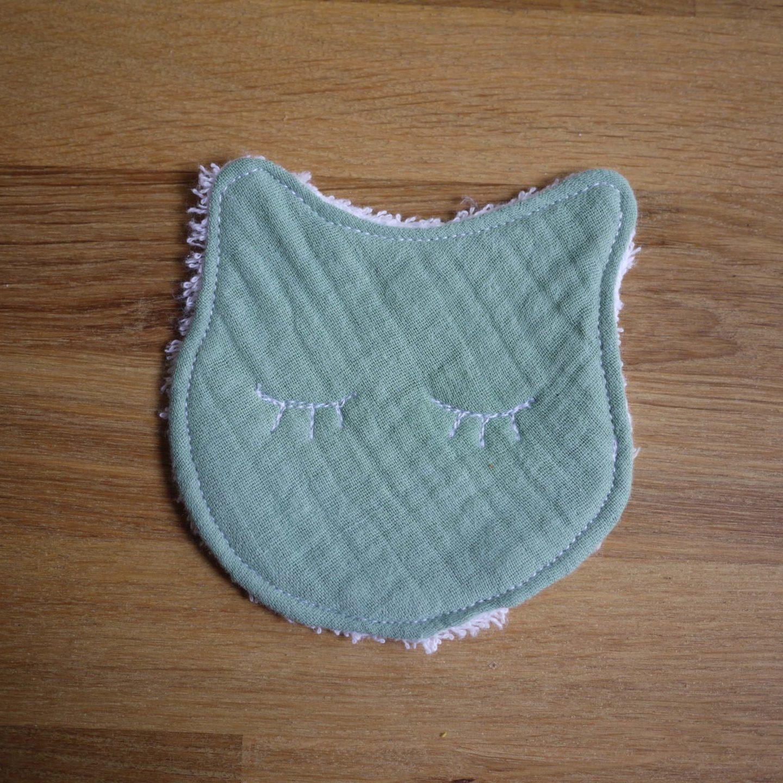 une petite lingette chat au regard tout doux pour se nettoyer le visage