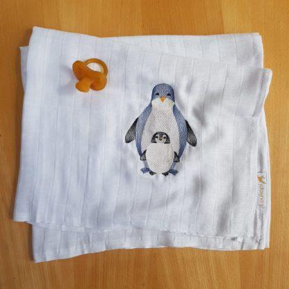 Un duo de pengouin adorable brodé sur un lange