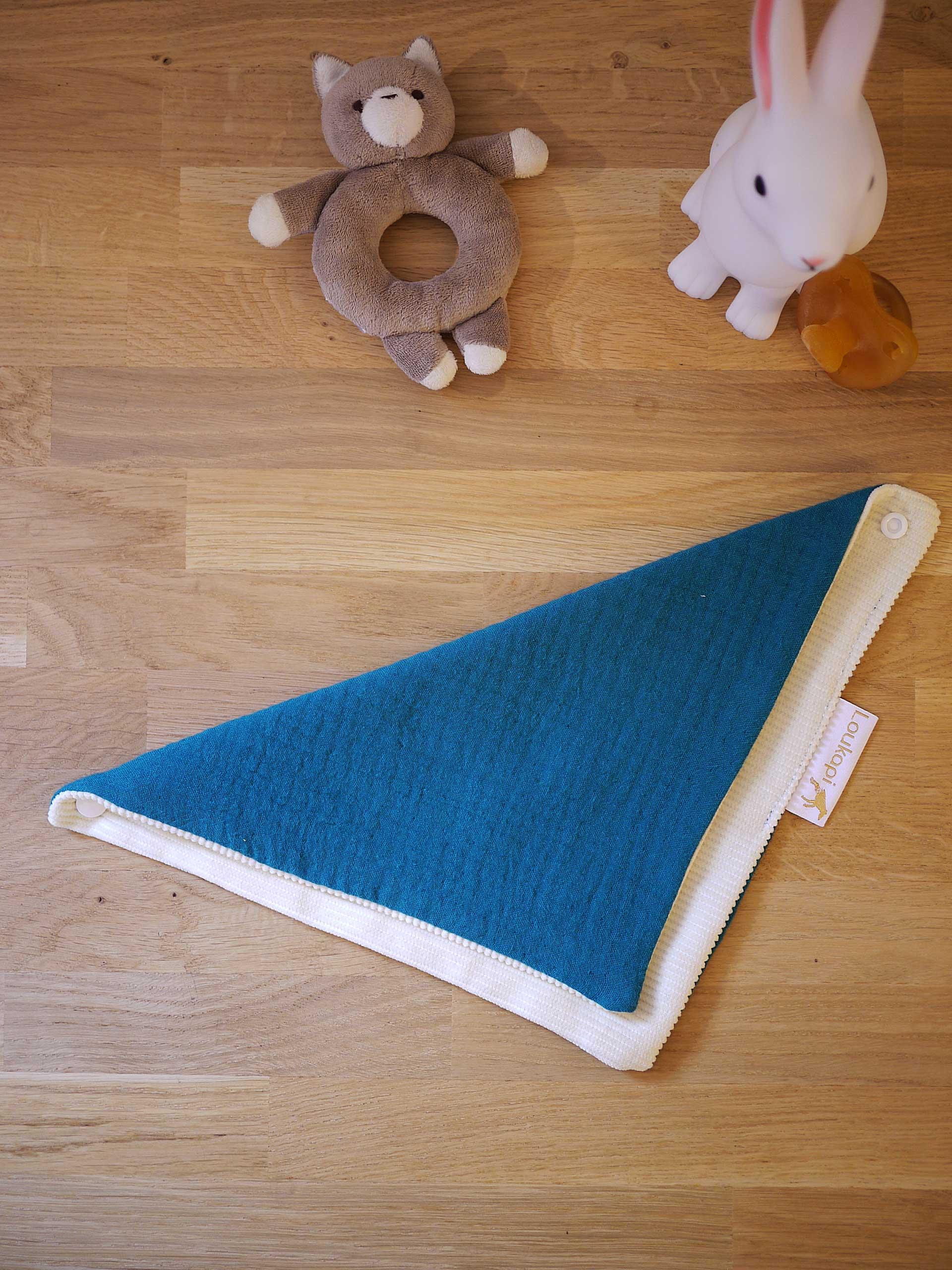 La bandana plie avant de le mettre autour du coup de bébé