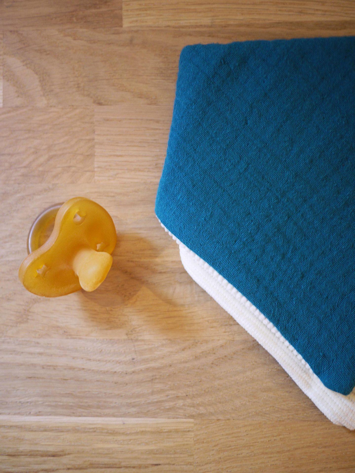 gros plan du bavoir bandana bleu paon