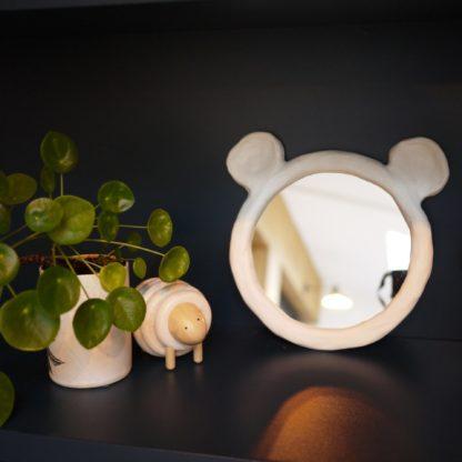 miroir ours posé dans l'étagère