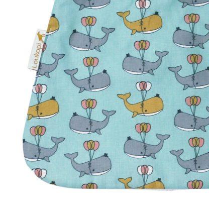Détail de la serviette bébé motif baleine et ballons