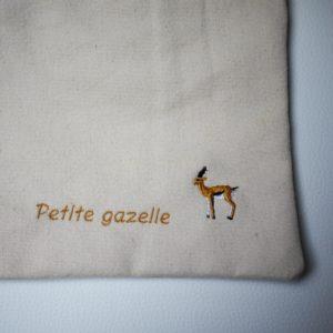 Broderie petite gazellesur la pochette en coton bio
